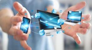 Επιχειρηματίας που συνδέει τις εφαρμογές συσκευών και εικονιδίων τεχνολογίας τρισδιάστατες σχετικά με Στοκ Εικόνες