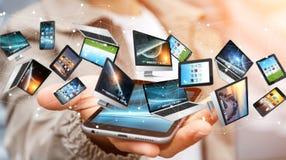 Επιχειρηματίας που συνδέει τις συσκευές τεχνολογίας με το κινητό τηλέφωνό του '3D Στοκ Εικόνες