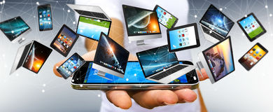 Επιχειρηματίας που συνδέει τις συσκευές τεχνολογίας με το κινητό τηλέφωνό του '3D Στοκ φωτογραφία με δικαίωμα ελεύθερης χρήσης