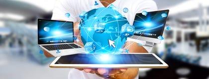 Επιχειρηματίας που συνδέει τις συσκευές τεχνολογίας Στοκ Εικόνες