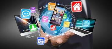 Επιχειρηματίας που συνδέει τις συσκευές τεχνολογίας Στοκ φωτογραφίες με δικαίωμα ελεύθερης χρήσης