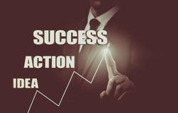 Επιχειρηματίας που σύρει την έννοια της ανάπτυξης επιχείρησης από την ιδέα στην επιτυχία Στατιστικές αύξησης Στοκ Φωτογραφίες