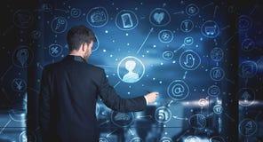 Επιχειρηματίας που σύρει το κοινωνικό σχέδιο σύνδεσης μέσων Στοκ εικόνες με δικαίωμα ελεύθερης χρήσης