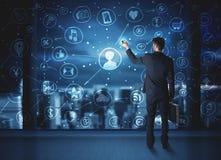 Επιχειρηματίας που σύρει το κοινωνικό σχέδιο σύνδεσης μέσων Στοκ Εικόνα