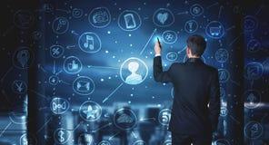 Επιχειρηματίας που σύρει το κοινωνικό σχέδιο σύνδεσης μέσων Στοκ εικόνα με δικαίωμα ελεύθερης χρήσης