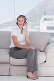 Επιχειρηματίας που τηλεφωνά στο γραφείο Στοκ Εικόνες