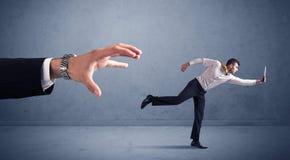 Επιχειρηματίας που τρέχει από το χέρι Στοκ φωτογραφία με δικαίωμα ελεύθερης χρήσης