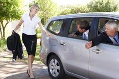 Επιχειρηματίας που τρέχει αργά για να συναντήσει το αυτοκίνητο συναδέλφων που συγκεντρώνει το ταξίδι στην εργασία Στοκ Εικόνα
