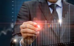 Επιχειρηματίας που τρέχει με τις στατιστικές όσον αφορά την εικονική οθόνη στοκ εικόνα με δικαίωμα ελεύθερης χρήσης