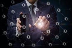 Επιχειρηματίας που τρέχει με το bitcoin στο επιχειρησιακό δίκτυο στοκ εικόνα