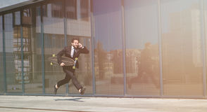 Επιχειρηματίας που τρέχει στην οδό Στοκ φωτογραφίες με δικαίωμα ελεύθερης χρήσης