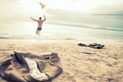 Επιχειρηματίας που τρέχει στη θάλασσα Στοκ εικόνα με δικαίωμα ελεύθερης χρήσης