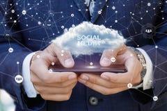 Επιχειρηματίας που τρέχει στον κινητό στα κοινωνικά μέσα στοκ φωτογραφία με δικαίωμα ελεύθερης χρήσης