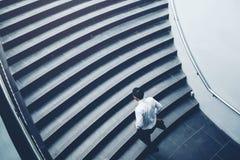 Επιχειρηματίας που τρέχει τη γρήγορη επάνω αύξηση επάνω στην έννοια επιτυχίας Στοκ εικόνα με δικαίωμα ελεύθερης χρήσης
