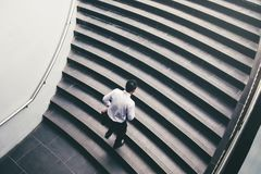 Επιχειρηματίας που τρέχει τη γρήγορη επάνω αύξηση επάνω στην έννοια επιτυχίας Στοκ Εικόνες