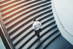 Επιχειρηματίας που τρέχει τη γρήγορη επάνω αύξηση επάνω στην έννοια επιτυχίας Στοκ Φωτογραφίες