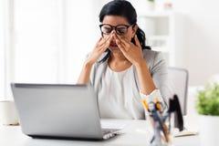 Επιχειρηματίας που τρίβει τα κουρασμένα μάτια στο γραφείο Στοκ Εικόνες