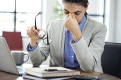 Επιχειρηματίας που τρίβει τα κουρασμένα μάτια της Στοκ εικόνα με δικαίωμα ελεύθερης χρήσης