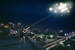 Επιχειρηματίας που τραβά ένα αστέρι στη στέγη Στοκ φωτογραφία με δικαίωμα ελεύθερης χρήσης
