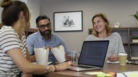 Επιχειρηματίας που τρώει τα νουντλς με τους συναδέλφους για το μεσημεριανό διάλειμμα απόθεμα βίντεο