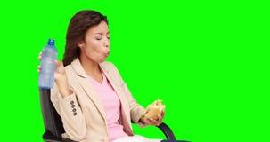 Επιχειρηματίας που τρώει το σάντουιτς για το μεσημεριανό γεύμα φιλμ μικρού μήκους