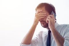 Επιχειρηματίας που υπενθυμίζεται ξεχασιάρης πέρα από το τηλέφωνο για την επιχείρηση mee Στοκ Εικόνα
