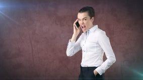 επιχειρηματίας, που υπερασπίζεται την πλευρά, που μιλά με κινητό τηλέφωνο, συναισθηματική κραυγή, να φωνάξειη Απομονωμένο υπόβαθρ Στοκ φωτογραφία με δικαίωμα ελεύθερης χρήσης