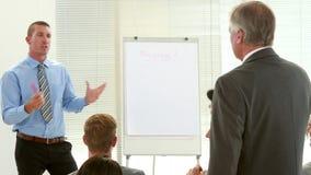 Επιχειρηματίας που υποβάλλει την ερώτηση κατά τη διάρκεια της συνεδρίασης απόθεμα βίντεο