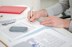 Επιχειρηματίας που υπογράφει ένα έγγραφο Στοκ φωτογραφίες με δικαίωμα ελεύθερης χρήσης