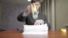 Επιχειρηματίας που υπογράφει και που σφραγίζει νευρικά τα εισερχόμενα έγγραφα έγγραφα διασποράς εργαζομένων γραφείων γύρω απόθεμα βίντεο