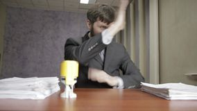 Επιχειρηματίας που υπογράφει και που σφραγίζει νευρικά τα εισερχόμενα έγγραφα έγγραφα διασποράς εργαζομένων γραφείων γύρω φιλμ μικρού μήκους