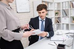 Επιχειρηματίας που υπογράφει τα έγγραφα στο γραφείο Στοκ Φωτογραφίες