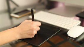 Επιχειρηματίας που υπογράφει τα έγγραφα στο γραφείο απόθεμα βίντεο