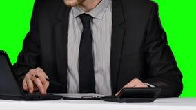 Επιχειρηματίας που υπογράφει τα έγγραφα σχετικά με τον αντανακλαστικό πίνακα πράσινη οθόνη απόθεμα βίντεο