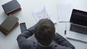 Επιχειρηματίας που υπογράφει τη σύμβαση μετά από να πάρει τη δωροδοκία, ακατέργαστη διαπραγμάτευση, διεφθαρμένος υπάλληλος απόθεμα βίντεο