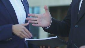 Επιχειρηματίας που υπογράφει τη σύμβαση, που τινάζει τα χέρια με το θηλυκό συνεργάτη, επιτυχής διαπραγμάτευση απόθεμα βίντεο
