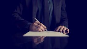 Επιχειρηματίας που υπογράφει το έγγραφο ή τη σύμβαση Στοκ Εικόνες