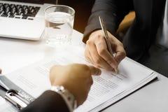 Επιχειρηματίας που υπογράφει το έγγραφο συμβάσεων με το συνεργάτη, συμφωνία προσιτότητας στοκ εικόνα