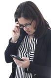 Επιχειρηματίας που φαίνεται κινητό τηλέφωνο Στοκ Φωτογραφία