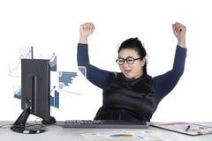 Επιχειρηματίας που φαίνεται οικονομική στατιστική Στοκ φωτογραφία με δικαίωμα ελεύθερης χρήσης