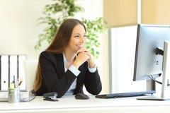 Επιχειρηματίας που φαίνεται προσεκτική στο όργανο ελέγχου PC Στοκ φωτογραφίες με δικαίωμα ελεύθερης χρήσης