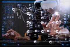 επιχειρηματίας που φορά τα προστατευτικά δίοπτρα εικονικής πραγματικότητας στο σύγχρονο πνεύμα γραφείων στοκ εικόνες