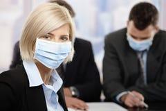 Επιχειρηματίας που φορά τη μάσκα Στοκ φωτογραφίες με δικαίωμα ελεύθερης χρήσης