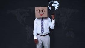 Επιχειρηματίας που φορά το κιβώτιο προσώπου smiley που δείχνει στη σφαίρα διανυσματική απεικόνιση