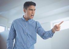 Επιχειρηματίας που φωνάζει και που δείχνει θυμωμένα στο ελάχιστο δωμάτιο Στοκ φωτογραφία με δικαίωμα ελεύθερης χρήσης