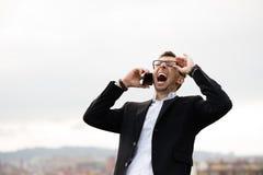 Επιχειρηματίας που φωνάζει κατά τη διάρκεια του επιχειρησιακού τηλεφωνήματος Στοκ Φωτογραφία