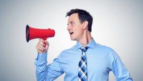 Επιχειρηματίας που φωνάζει κόκκινο megaphone Στοκ Φωτογραφίες