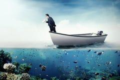 Επιχειρηματίας που φωνάζει με megaphone στη βάρκα Στοκ Εικόνες