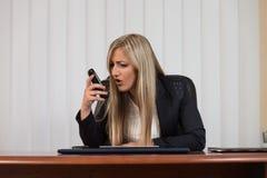επιχειρηματίας που φωνάζει σε ένα κινητό τηλέφωνοη Στοκ εικόνες με δικαίωμα ελεύθερης χρήσης