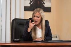 επιχειρηματίας που φωνάζει σε ένα κινητό τηλέφωνοη Στοκ εικόνα με δικαίωμα ελεύθερης χρήσης